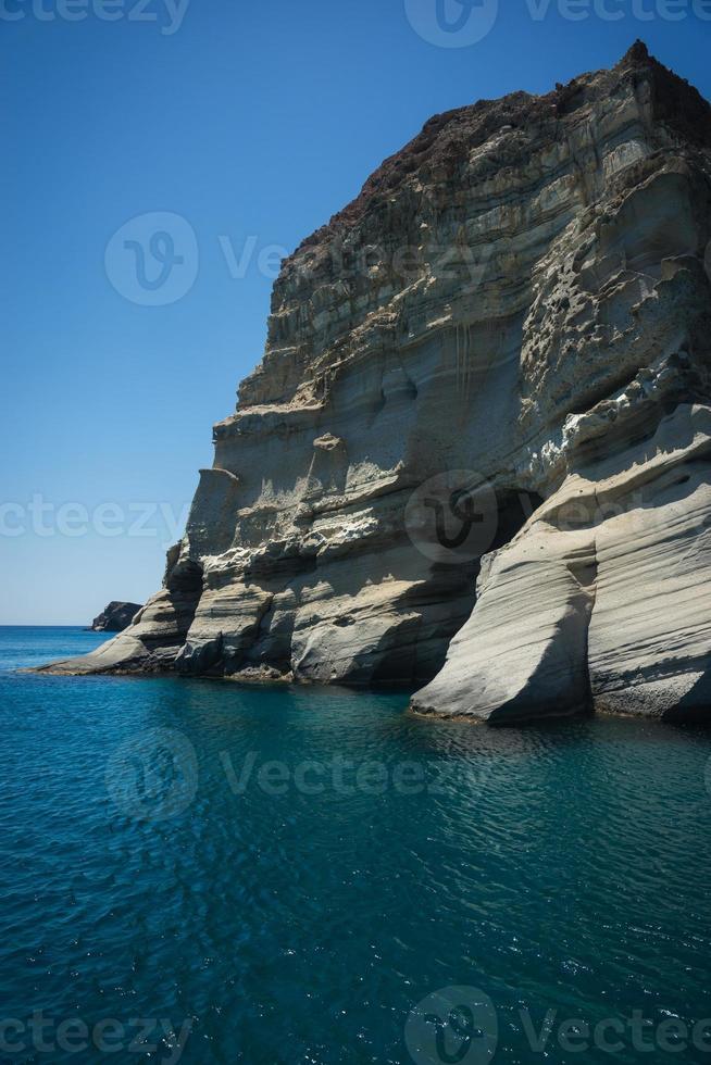 paisagem pitoresca do mar e pedras brancas em kleftiko, milos, gr foto