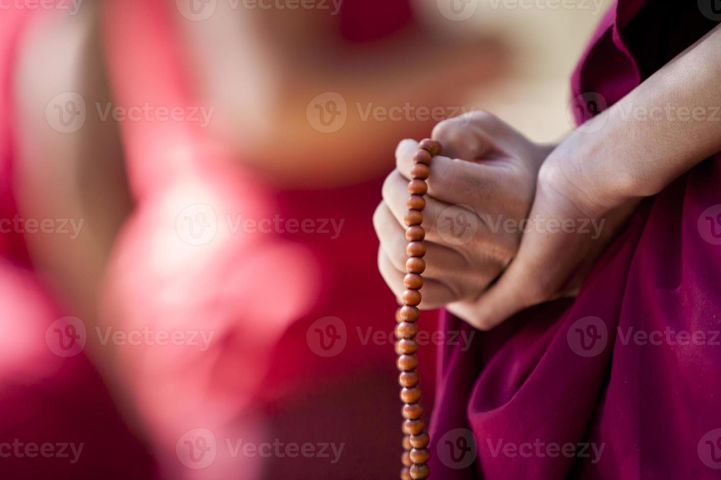 monge com contas de oração foto