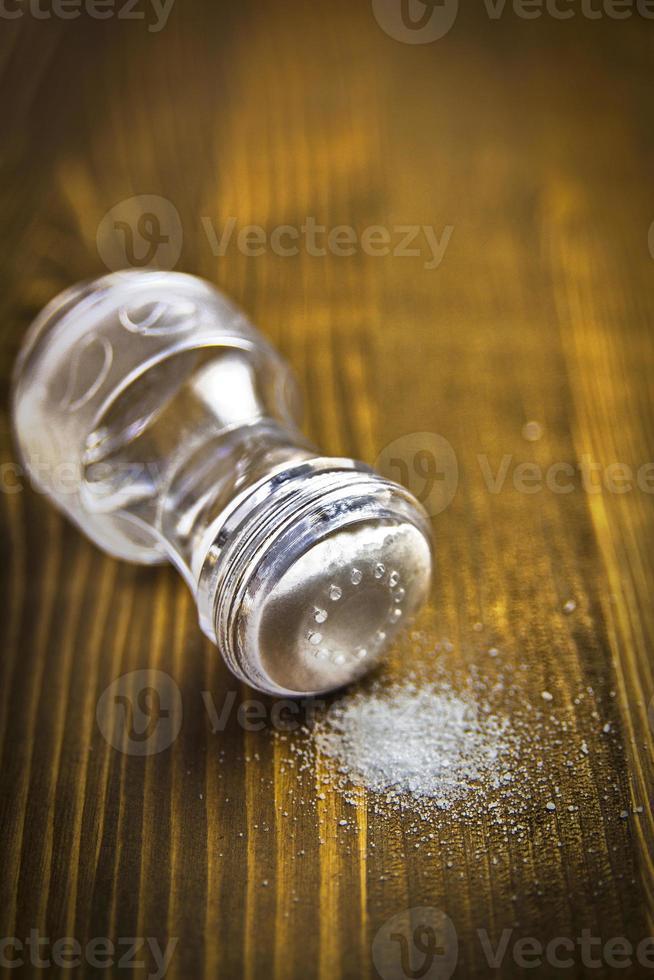 saleiro e monte de sal foto