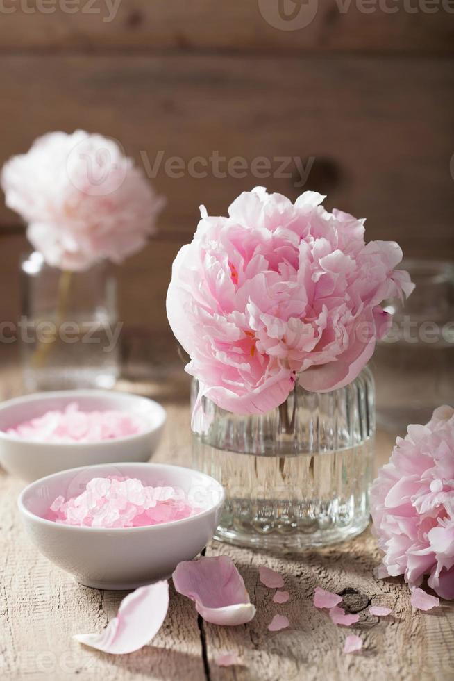 peônia de sal de flor rosa para spa e aromaterapia foto