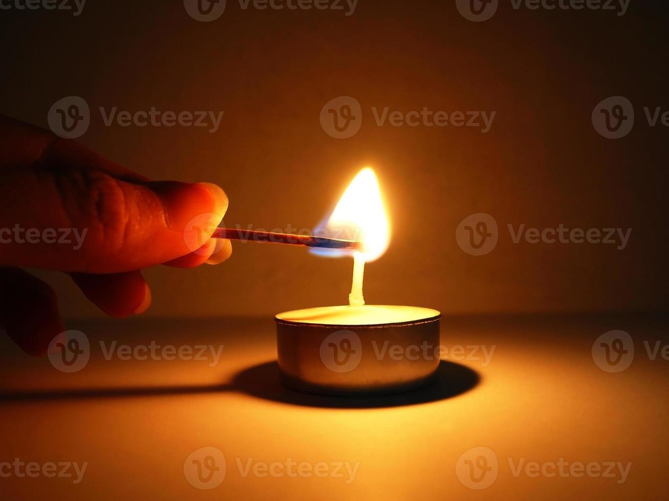 acendendo uma vela foto