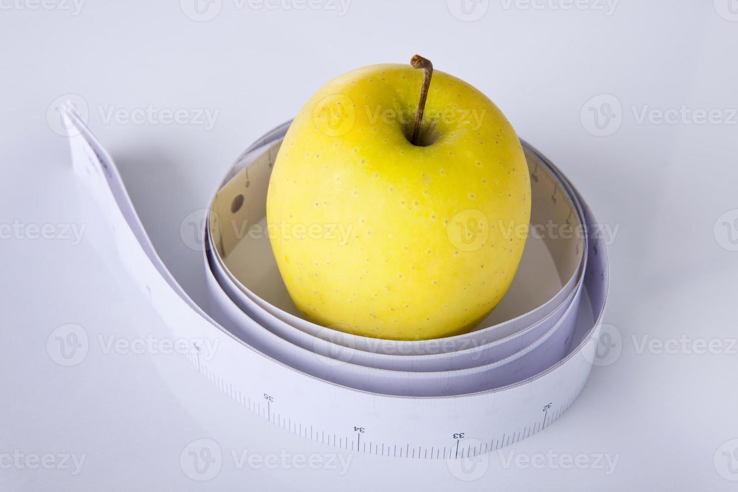 maçã e fita métrica foto