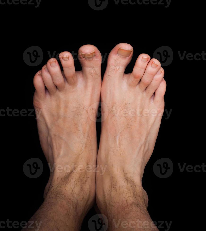 par de pés masculinos caucasianos isolados foto