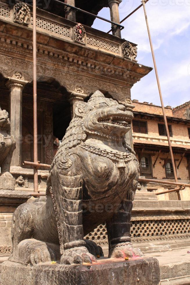 esculturas de leão, patan, vale de kathmandu, nepal foto