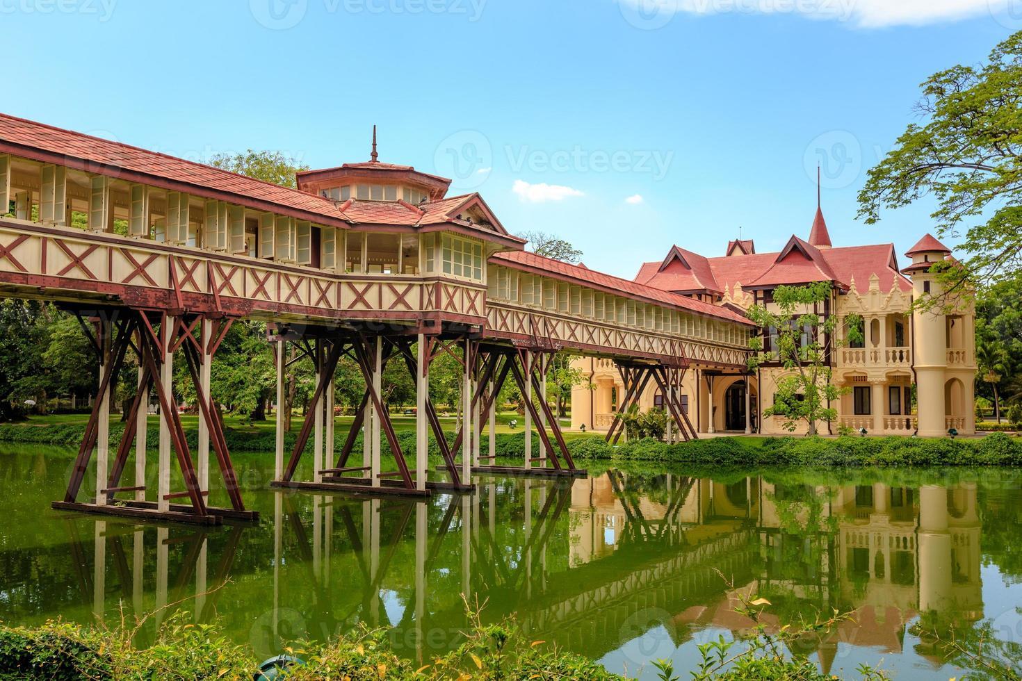 a ponte que tem o telhado. foto