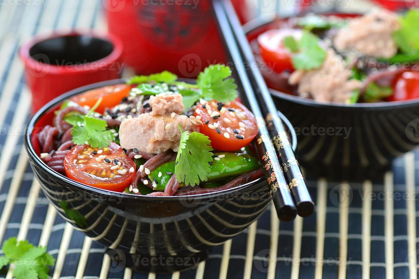 salada de macarrão de arroz com atum foto