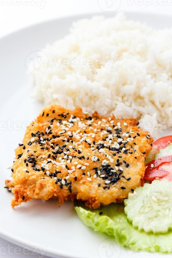 peixe frito com gergelim foto