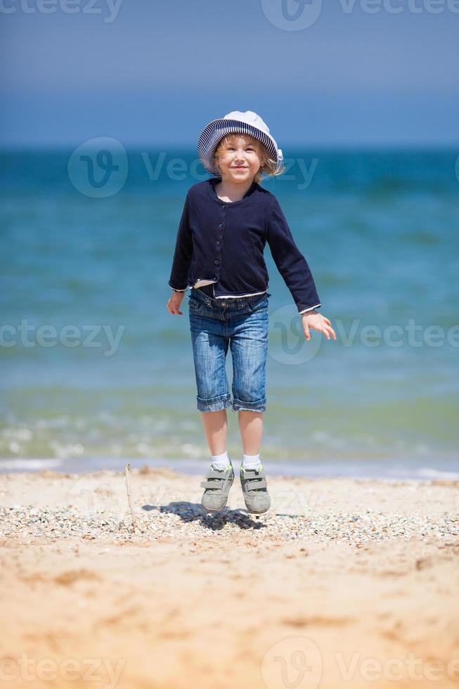 menina bonitinha na praia de areia foto