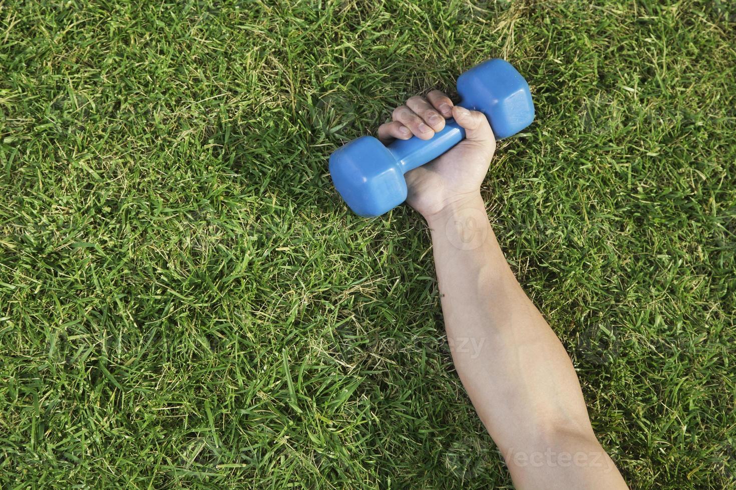 braço com haltere azul foto