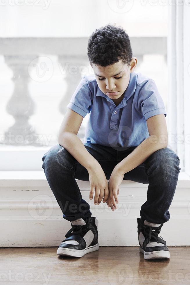 menino triste foto