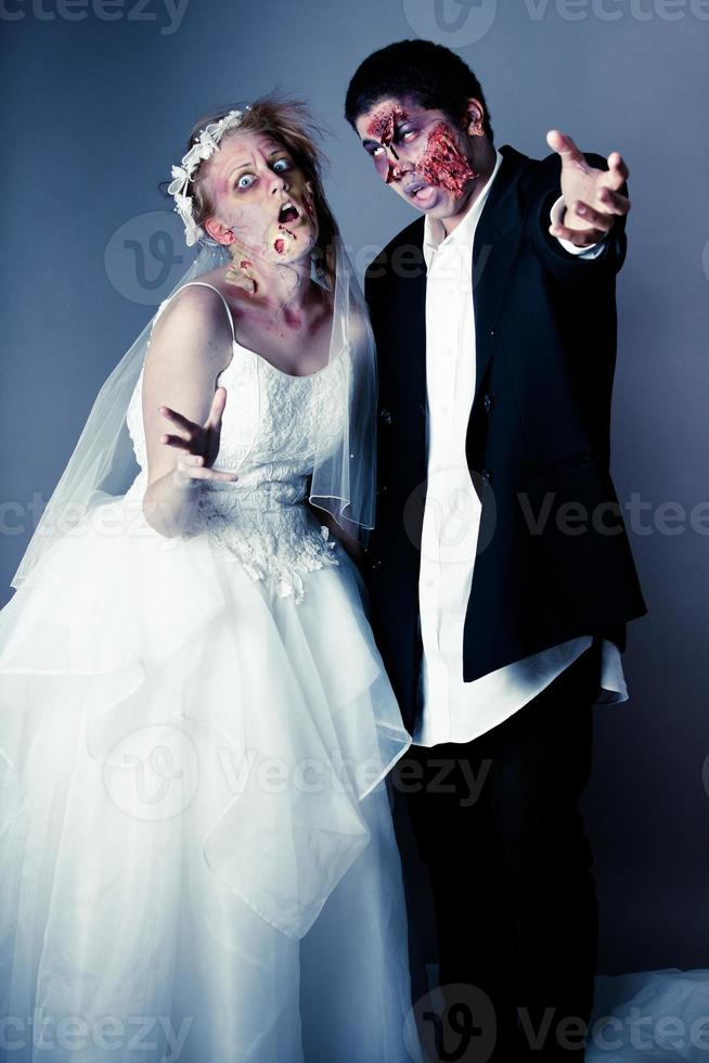 noiva e noivo de zumbi foto