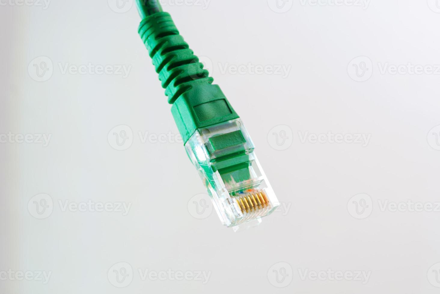 cabeça de cabo de rede rj45 em fundo branco foto