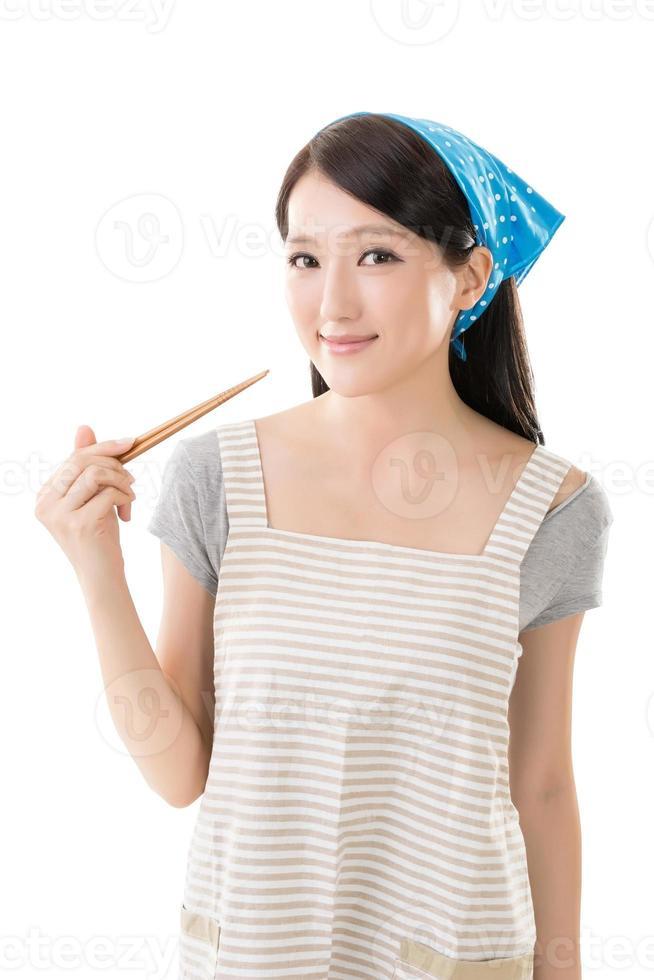 jovem dona de casa asiática foto