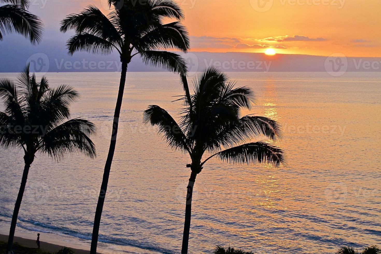 pôr do sol sobre o mar havaiano foto