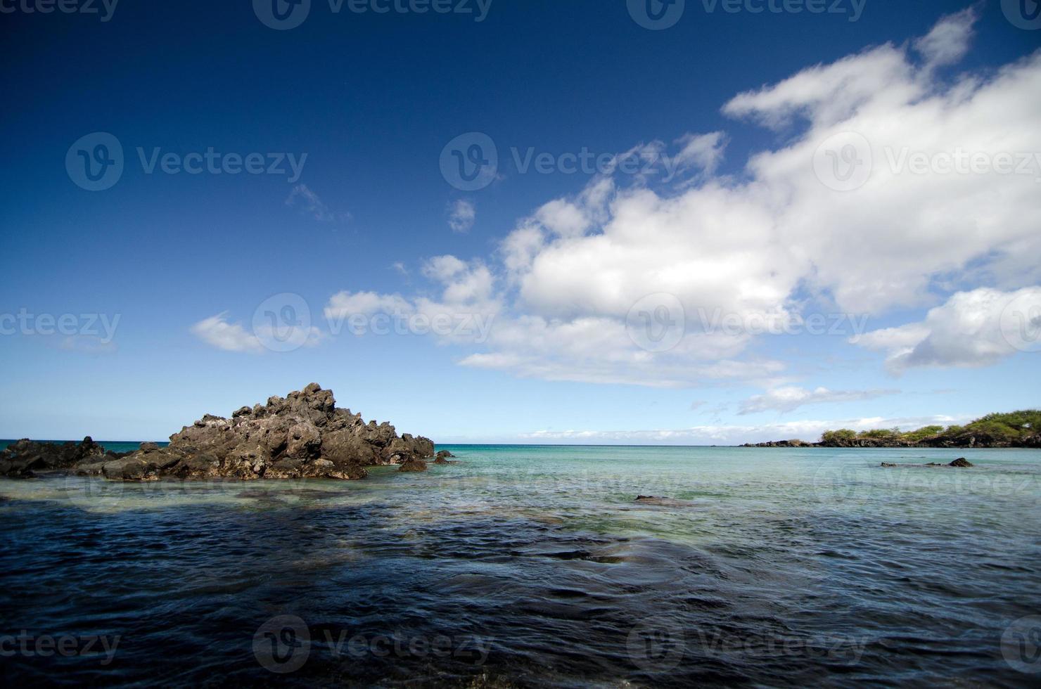 nuvens de manhã cedo sobre a praia de puako foto