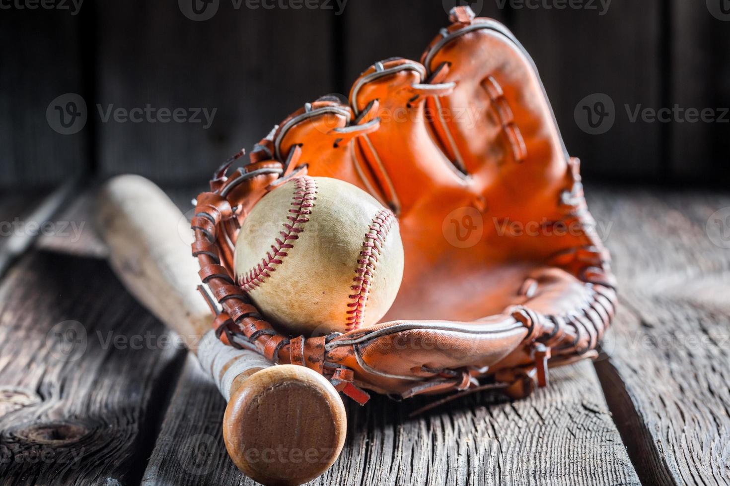 beisebol vintage em uma luva de couro foto