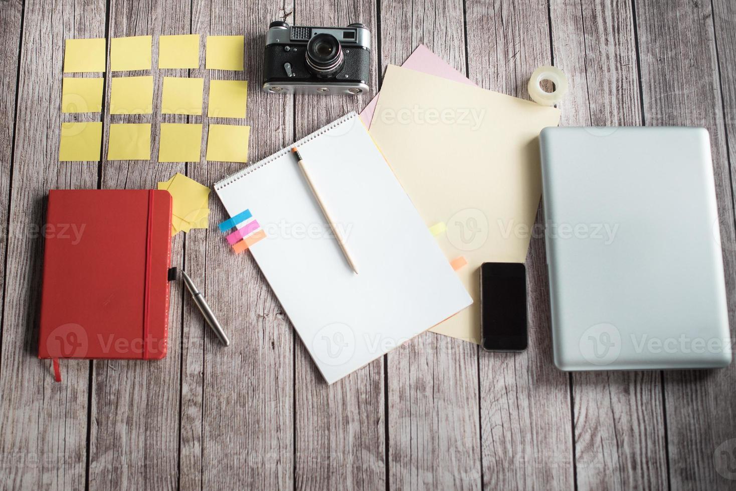 mesa de designers com poucos elementos foto