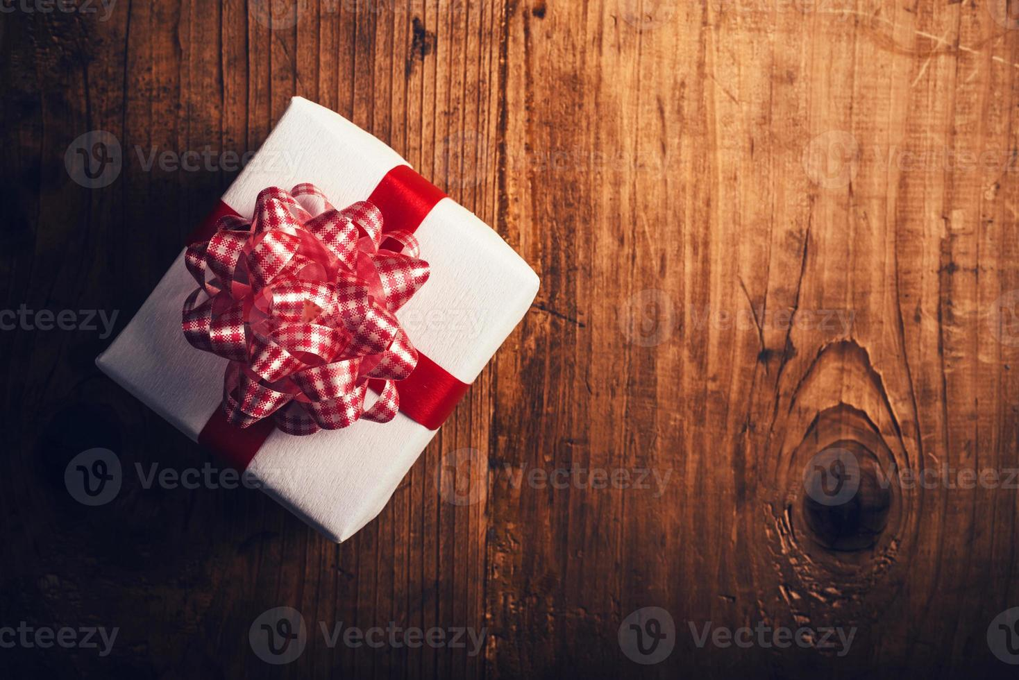 caixa de presente na mesa de madeira foto