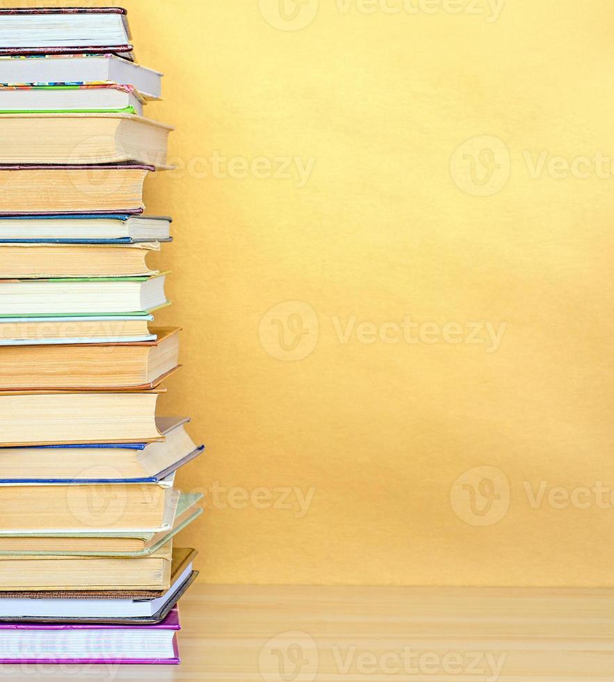 livro de pilha na mesa de madeira foto