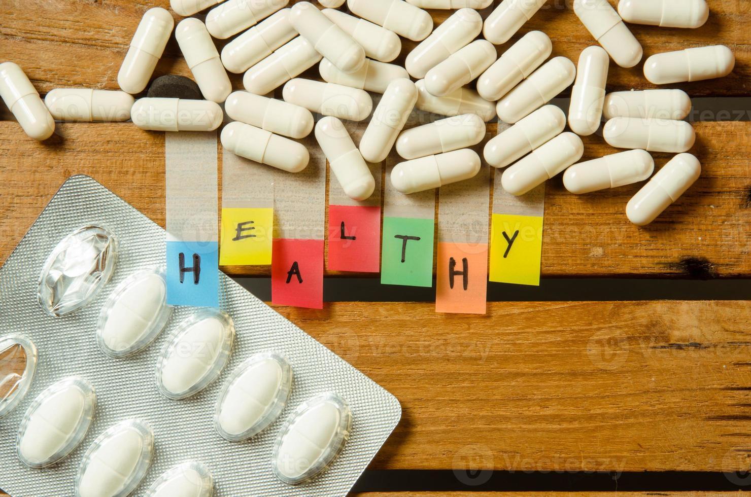 medicamento saudável do alfabeto e cápsula com dose de medicamento foto