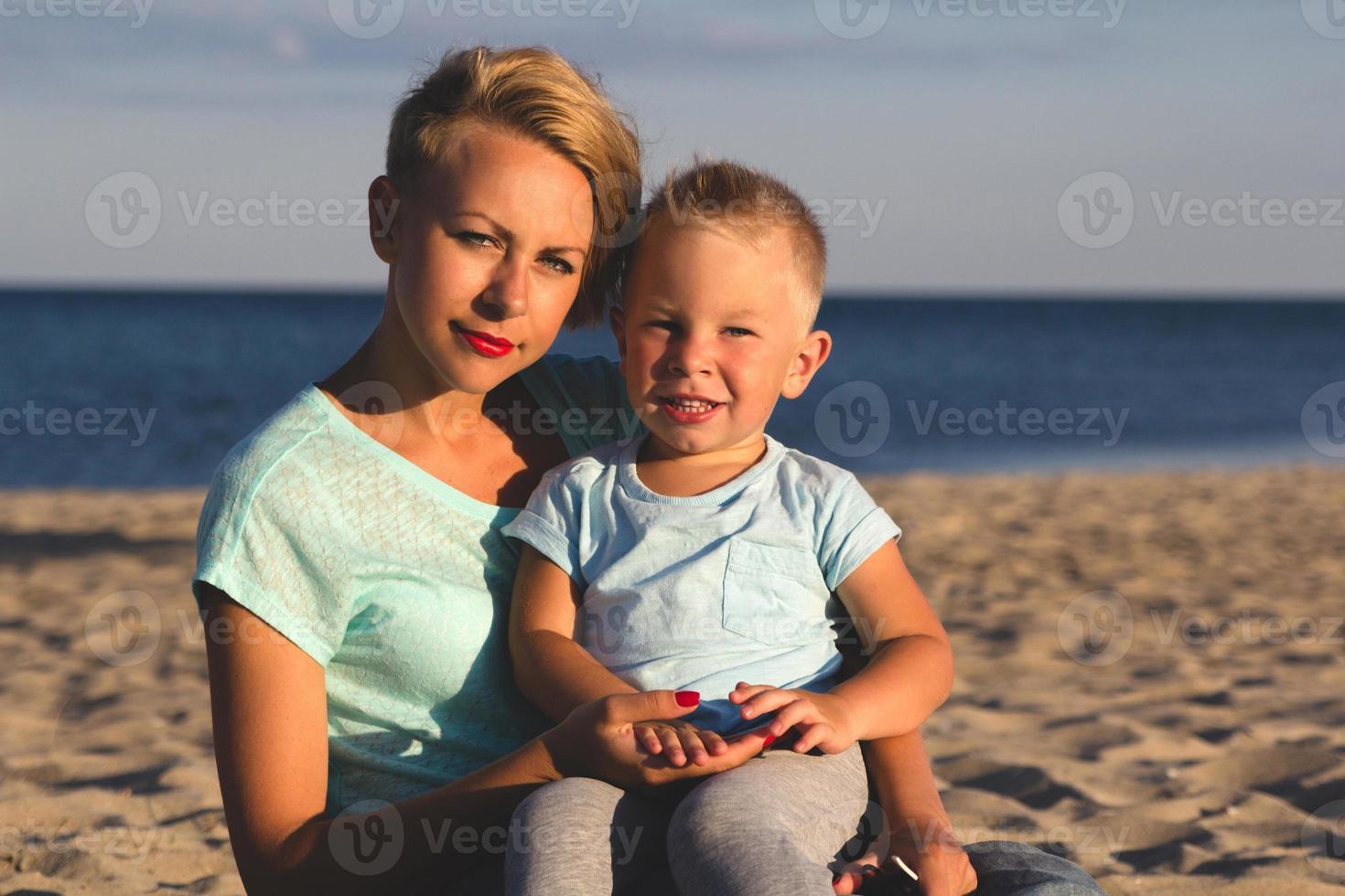 família feliz, descansando na praia no verão foto