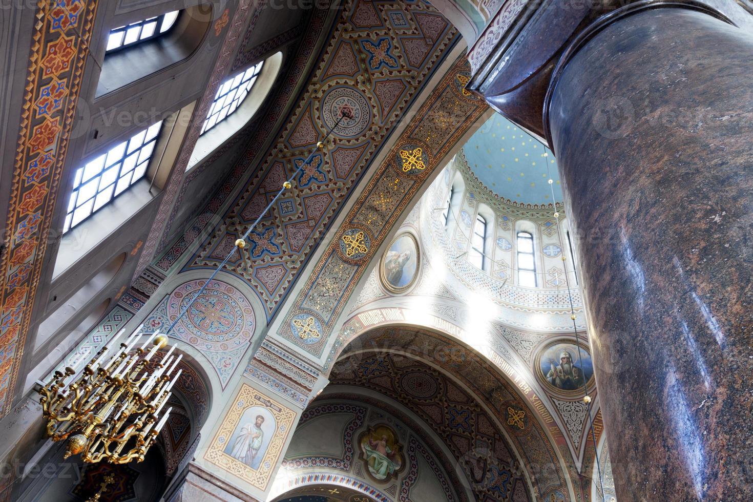 interior da catedral de uspensky em helsínquia foto