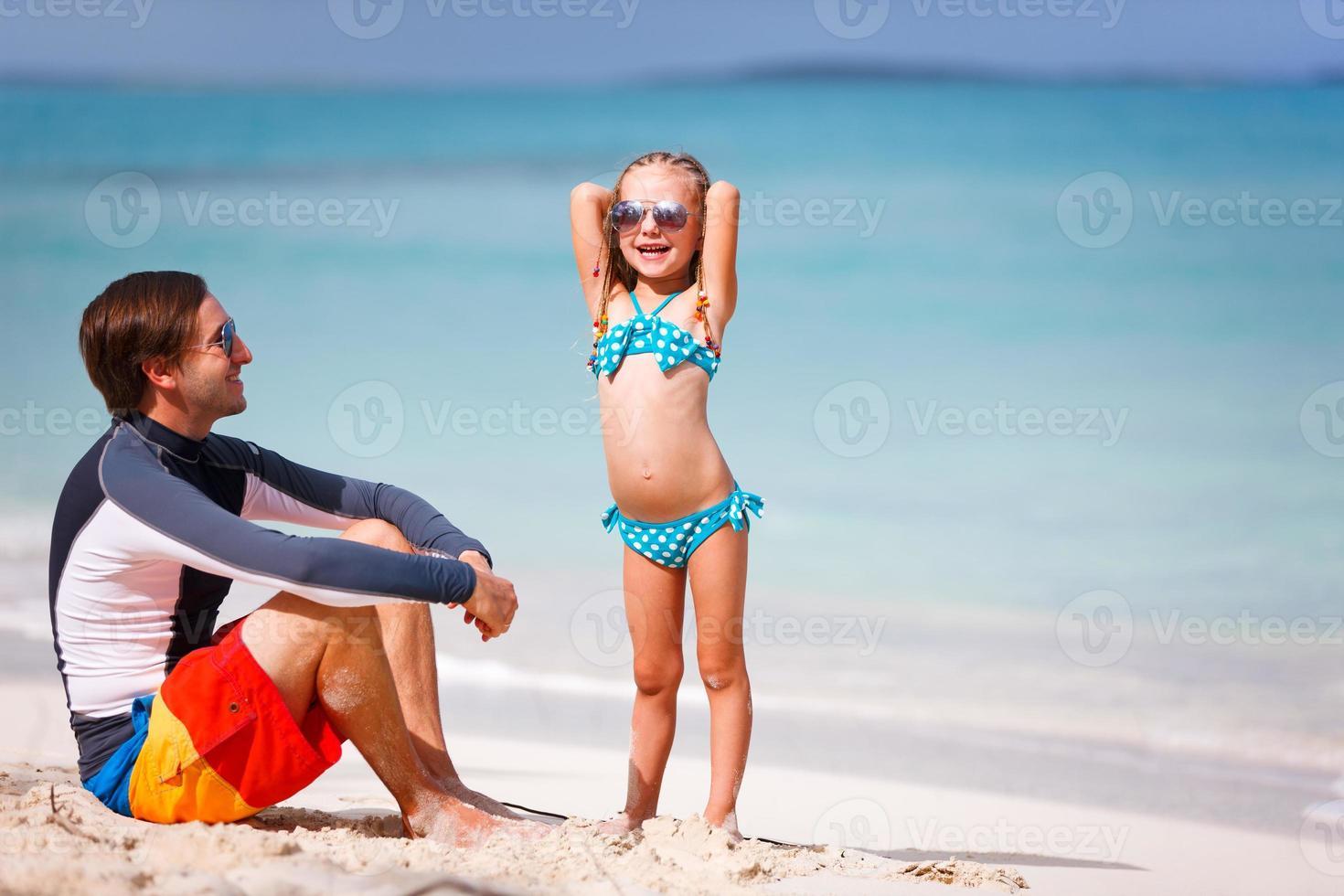 pai e filha na praia foto