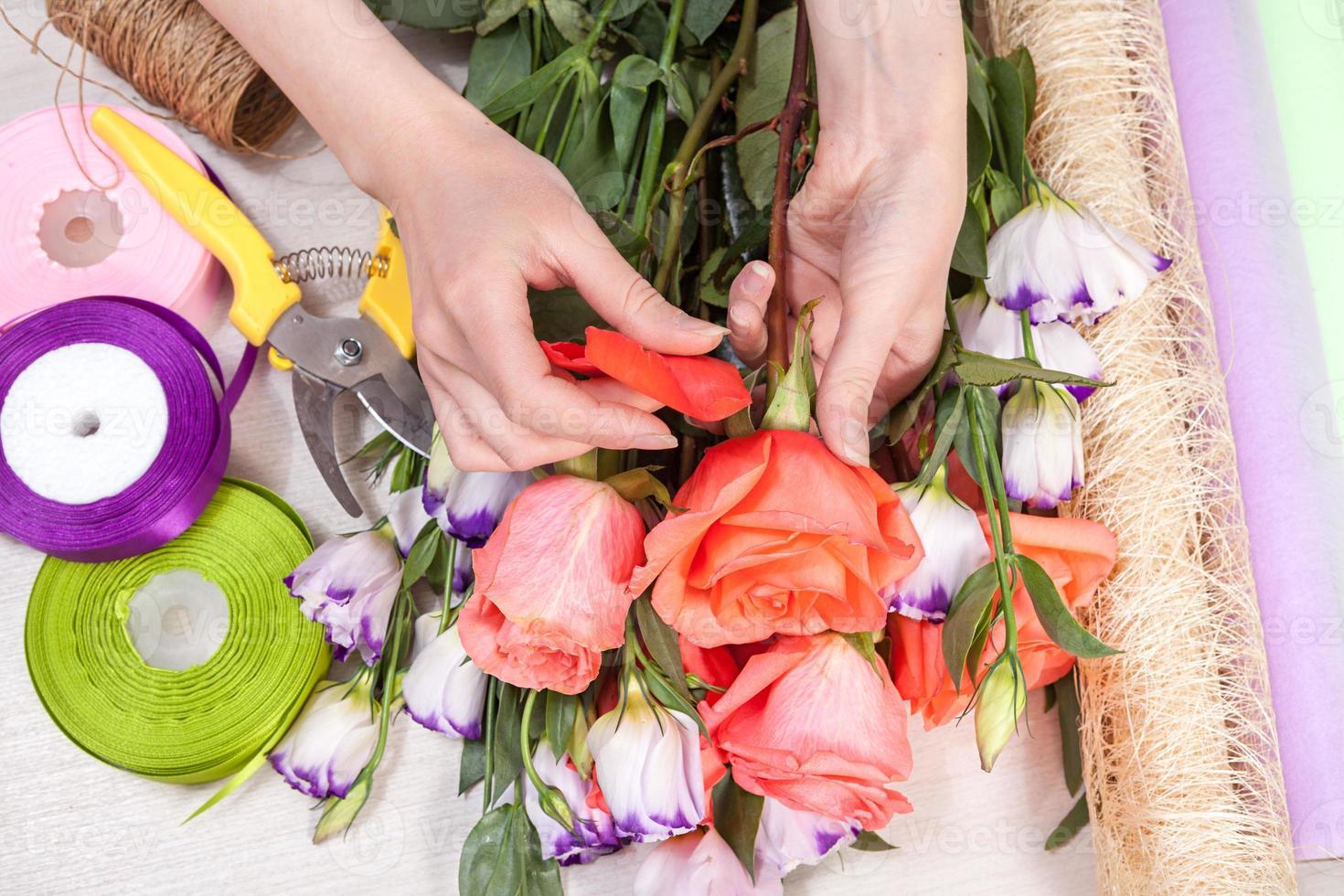 florista no trabalho com flores foto