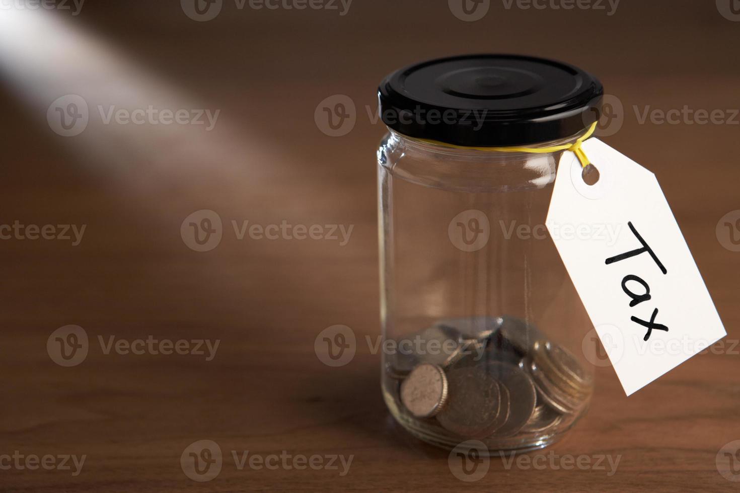 moedas em um pote de geléia foto