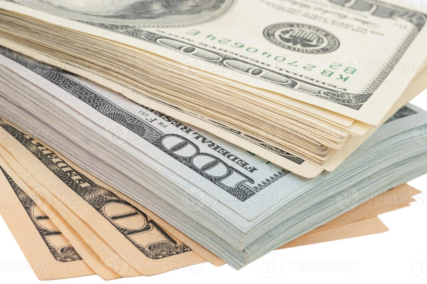 pilha de dinheiro americano cem notas de dólar foto