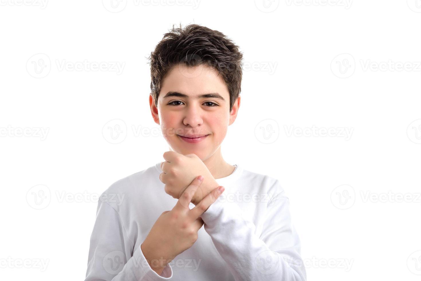 garoto caucasiano de pele lisa, colocando dois dedos no pulso esquerdo foto