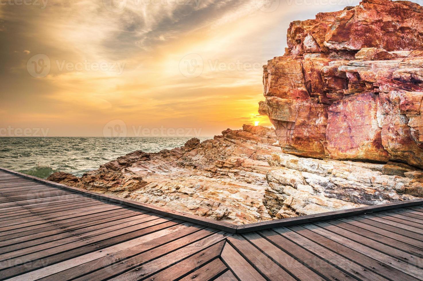 passarela de madeira ao pôr do sol foto