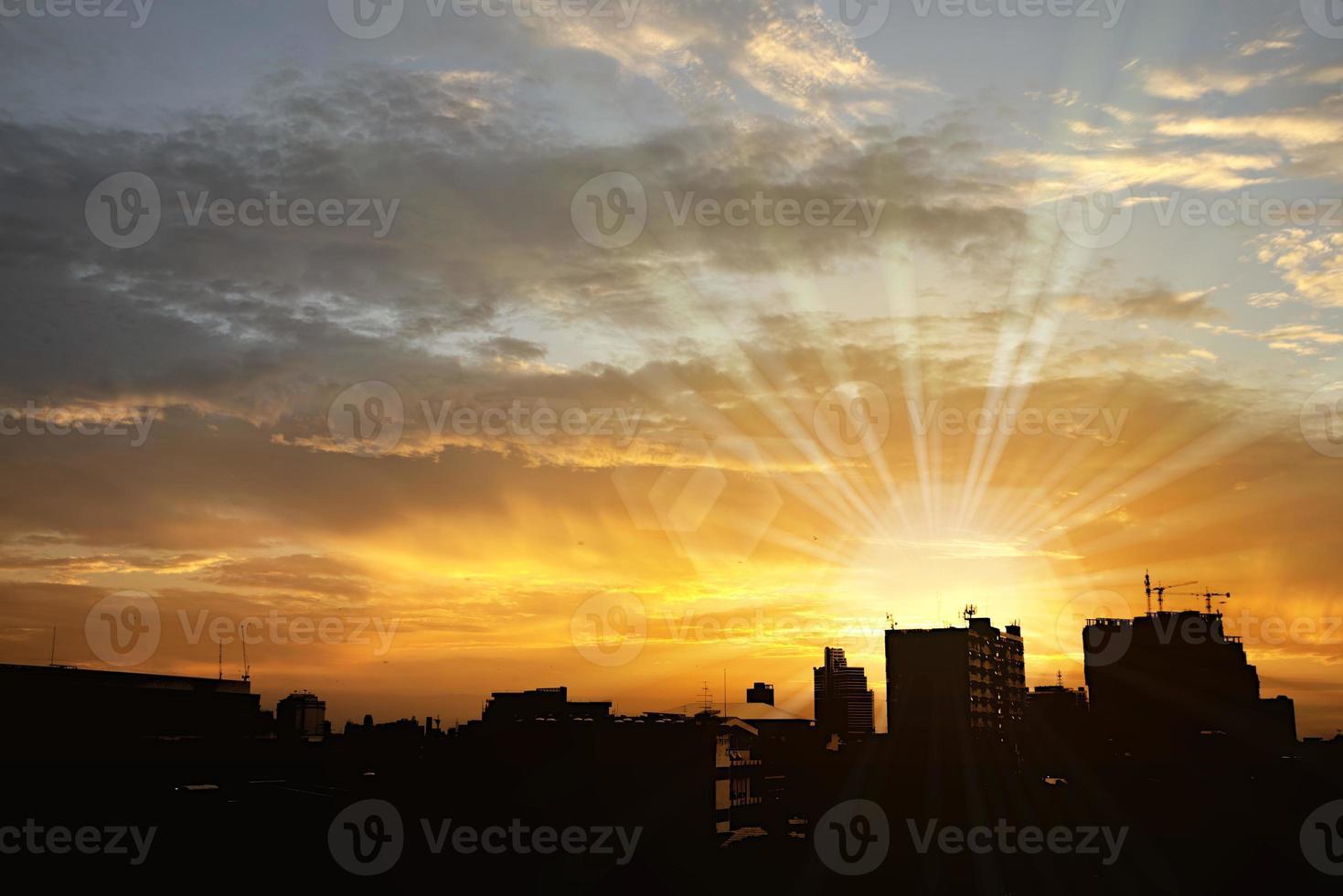 fundo da silhueta da cidade com céu dramático contrastado foto