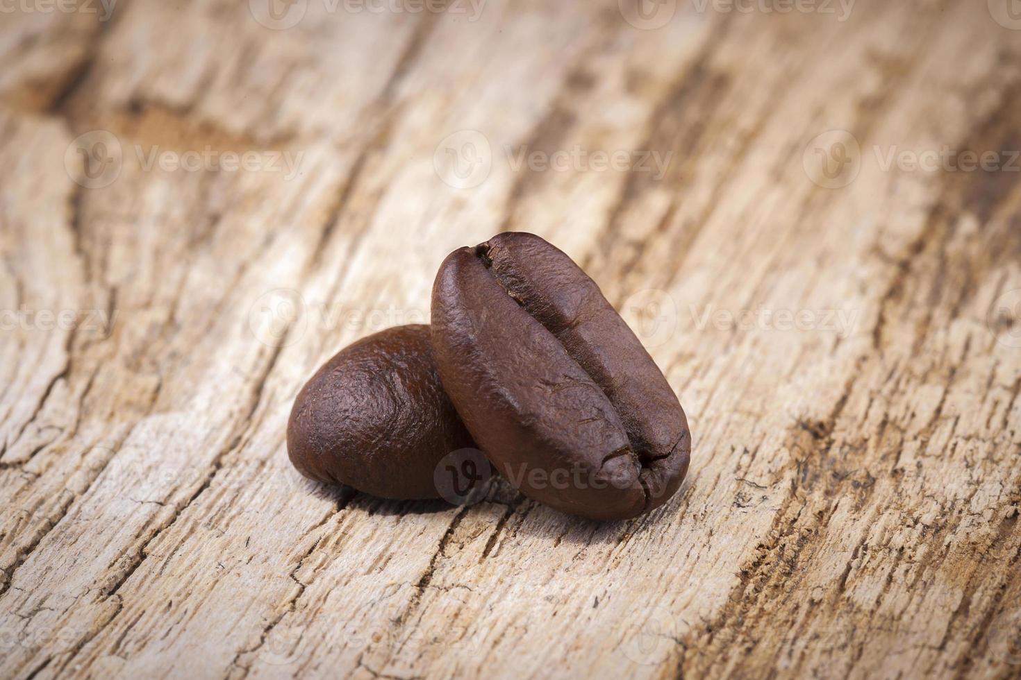 grãos de café torrados em madeira foto