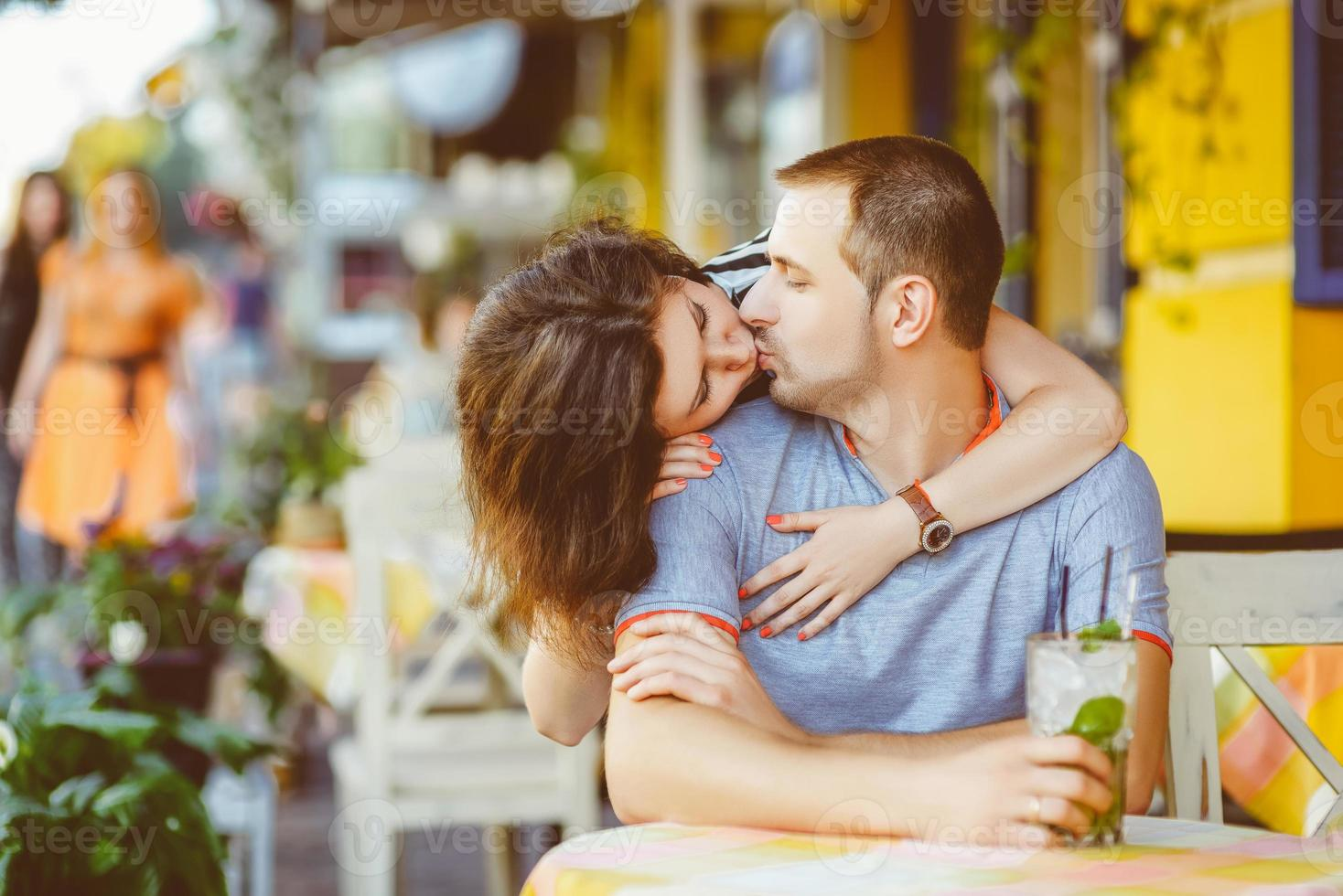 jovem casal no café, aproveitando o tempo de férias. caloroso foto
