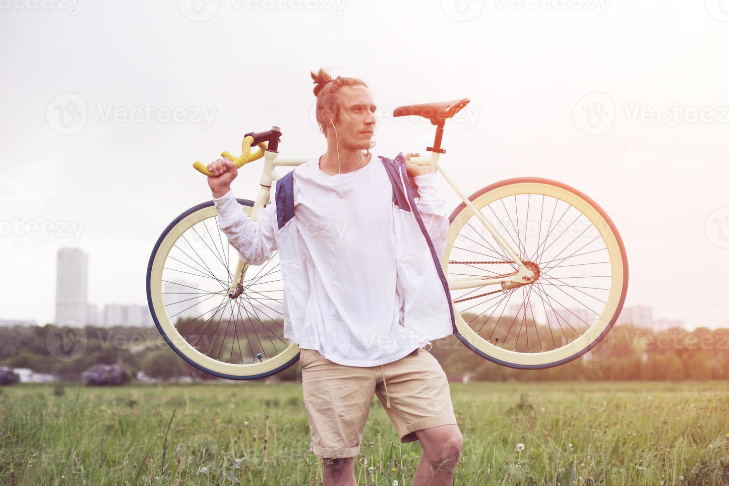 homem em pé de camiseta em branco com bicicleta foto