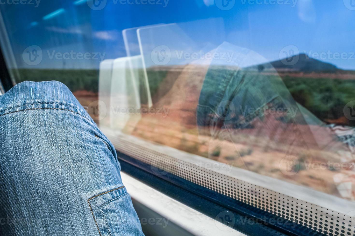 desfrutando da vista da natureza espanhola do trem de alta velocidade foto