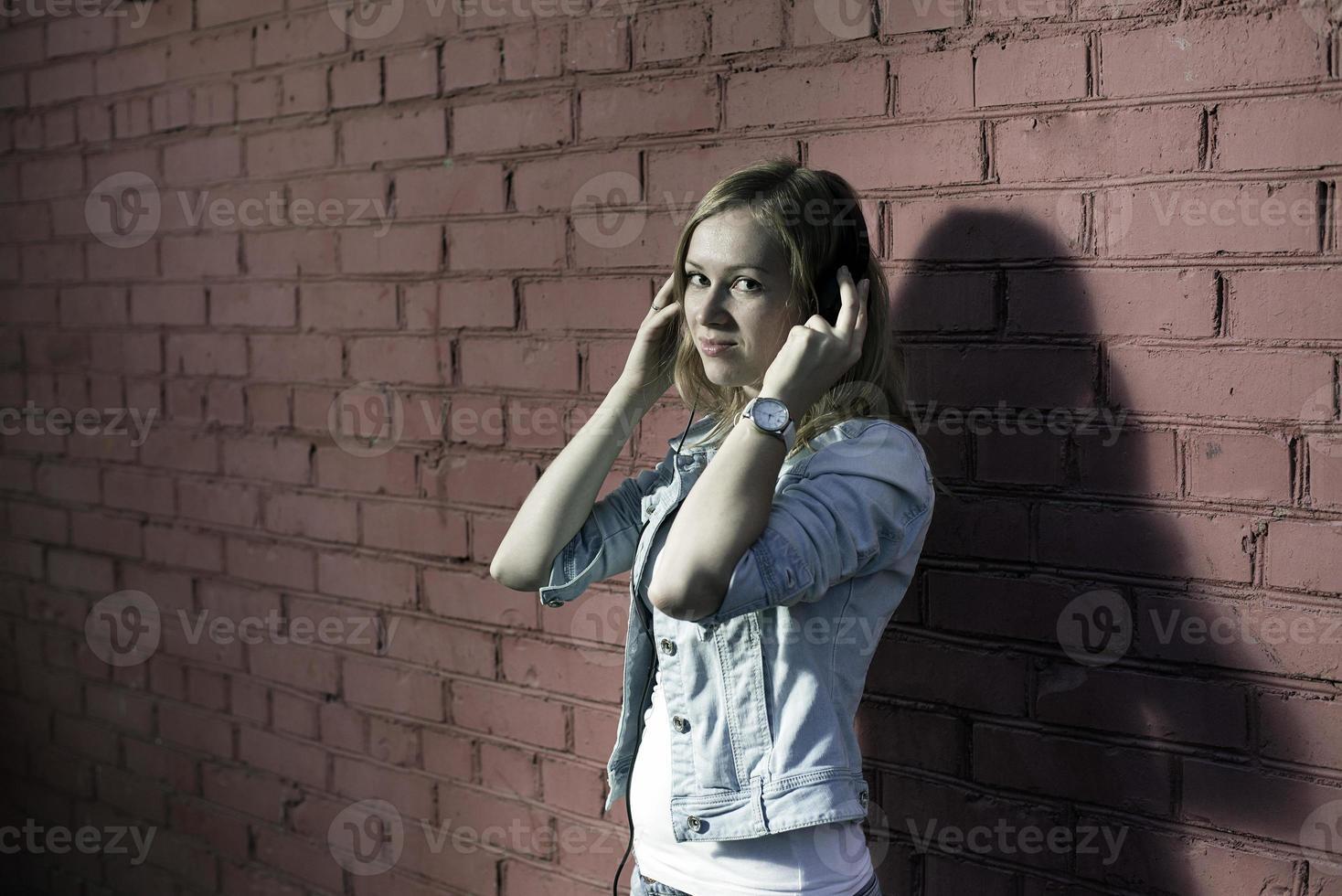 menina com fones de ouvido foto