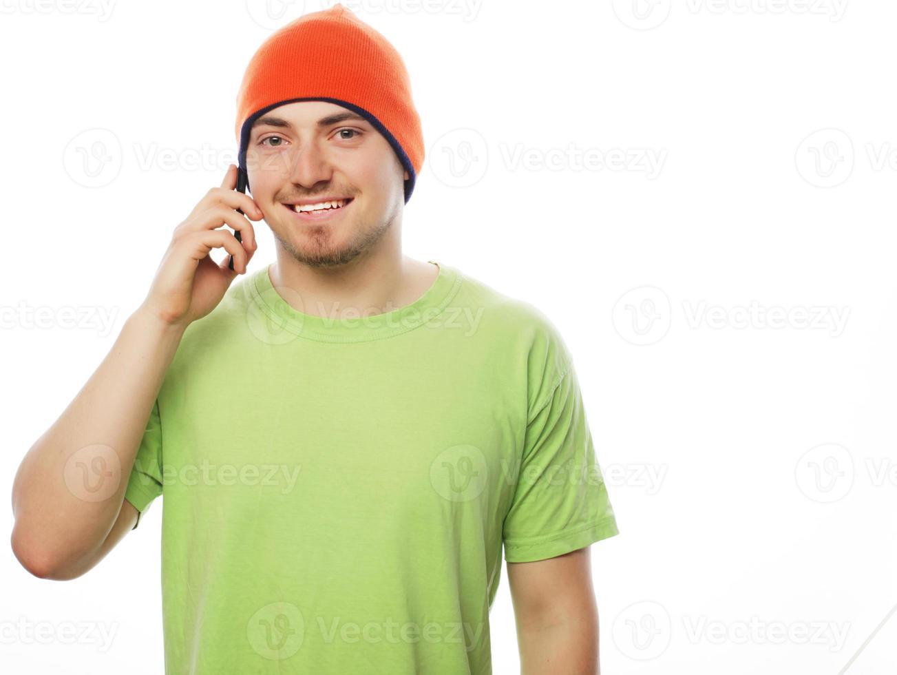 homem de camisa falando ao telefone foto