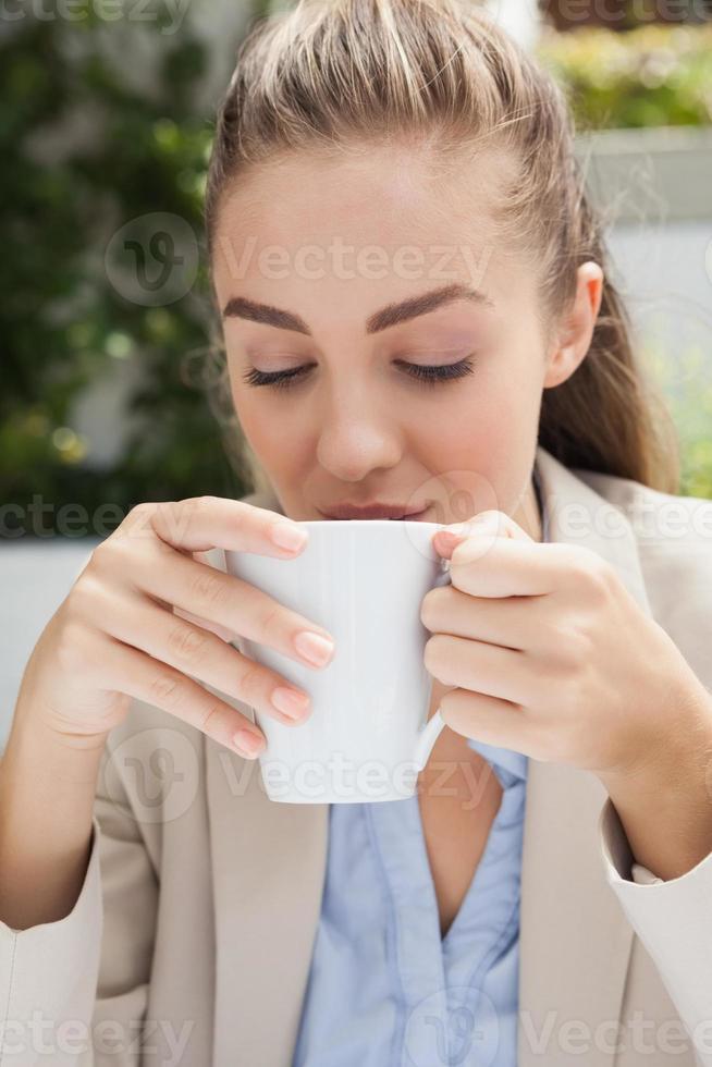 empresária linda curtindo um café foto