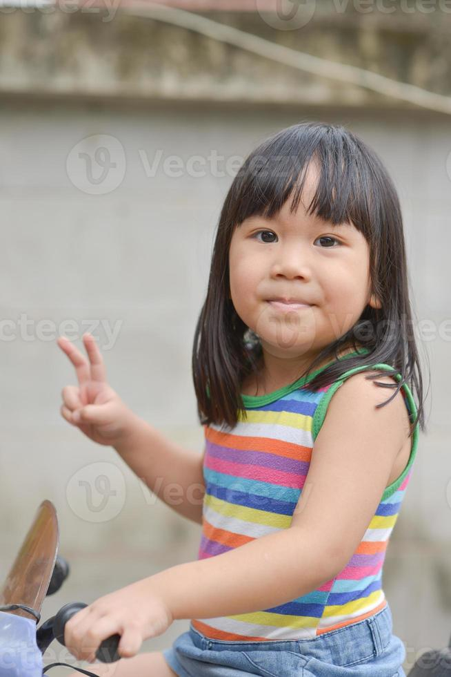 linda garota asiática gosta de jogar carro foto