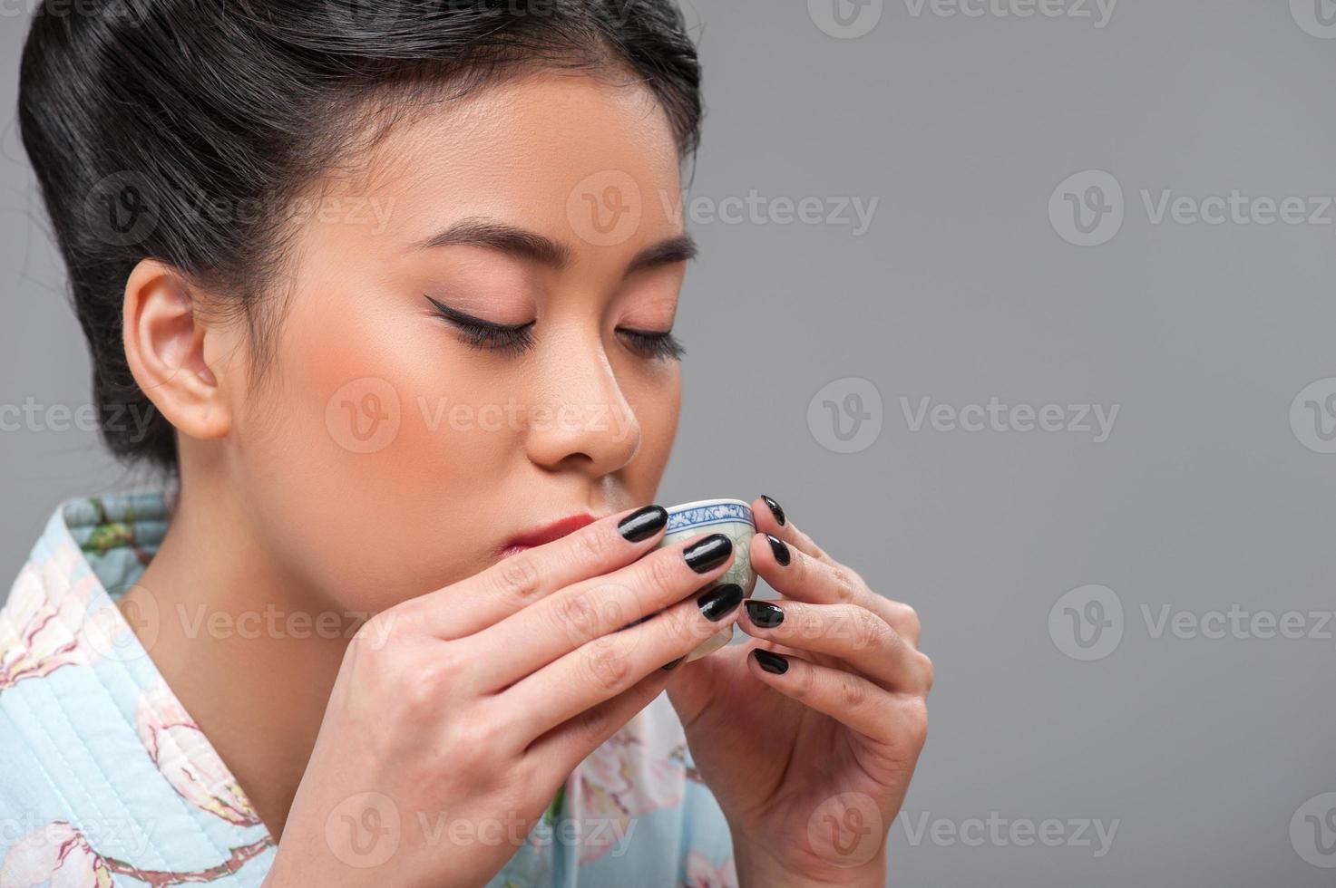 apreciando a cerimônia do chá asiática foto