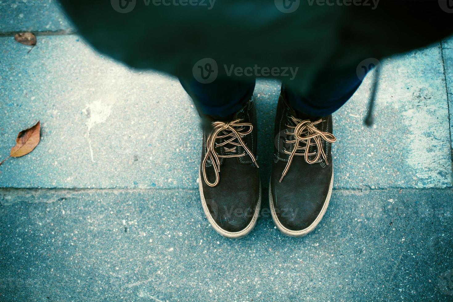 par de botas no chão foto