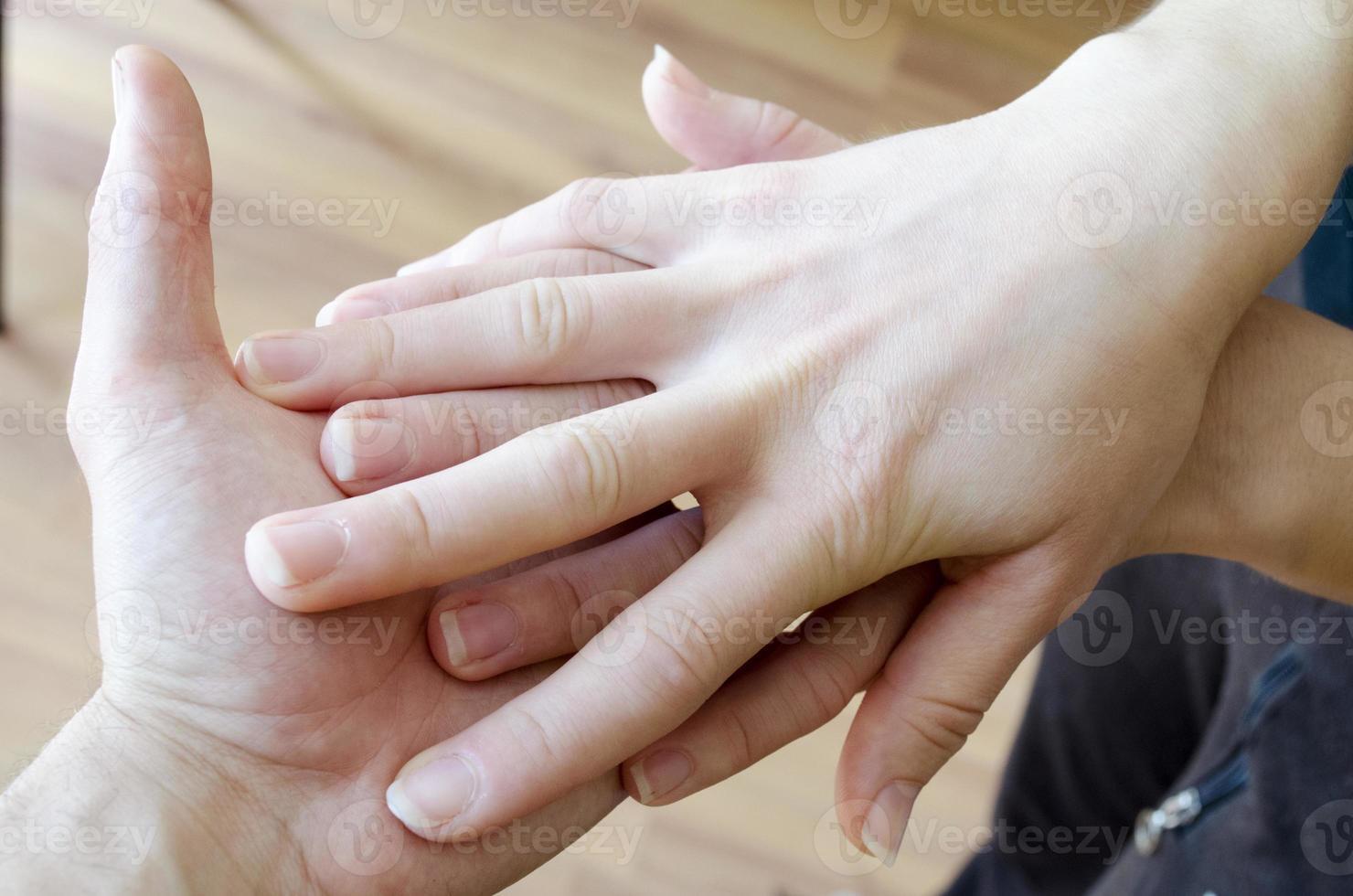 aperto de mão amigável. homem e mulher, apertando as mãos. foto