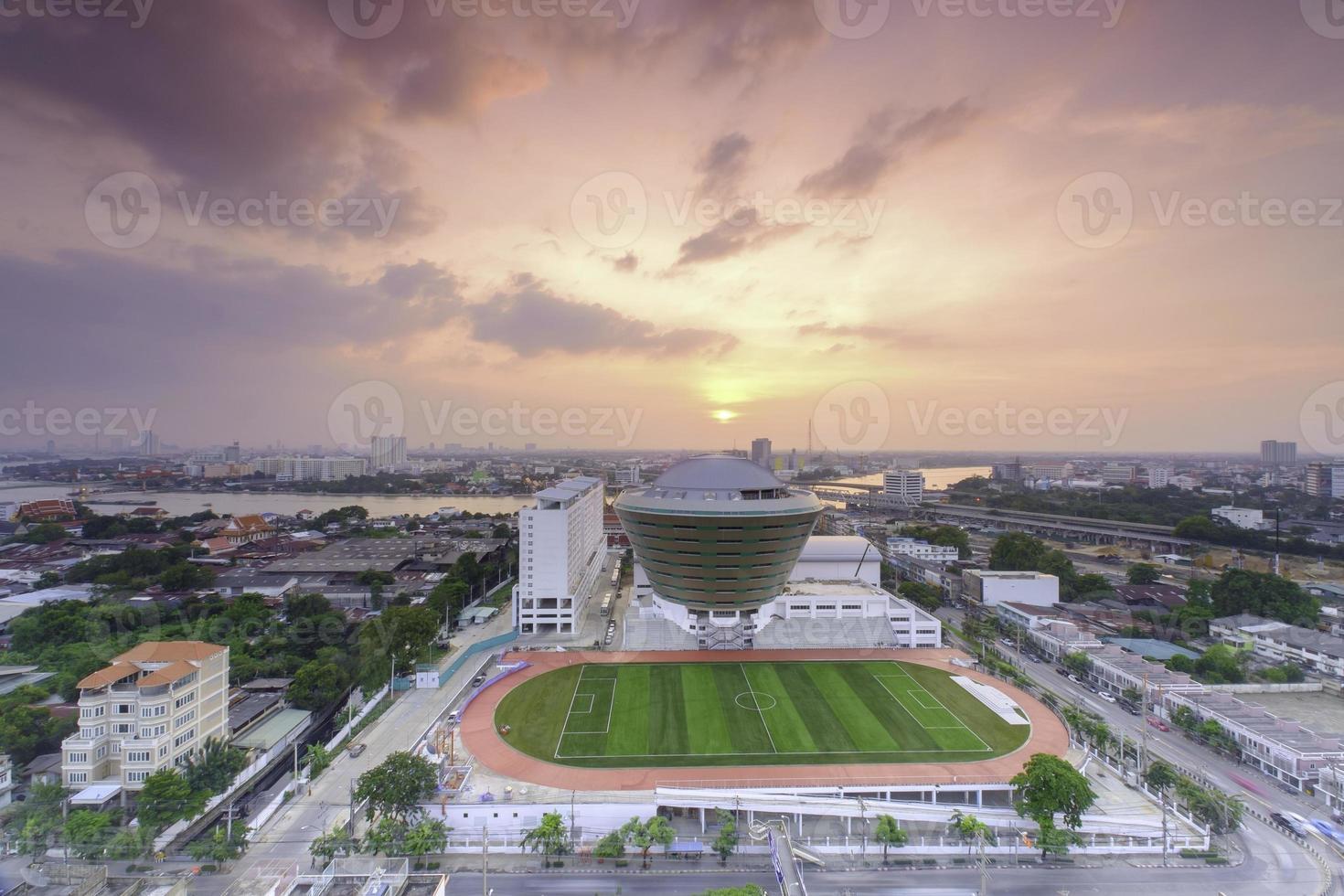 campo de futebol da escola com relva foto