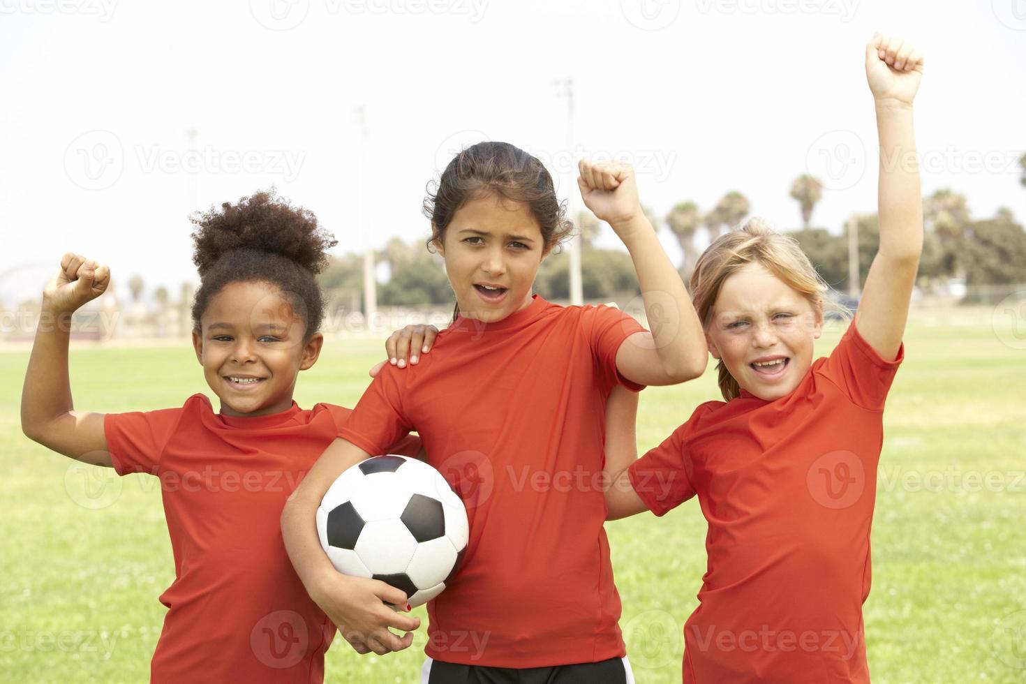 meninas jogando em um time de futebol foto