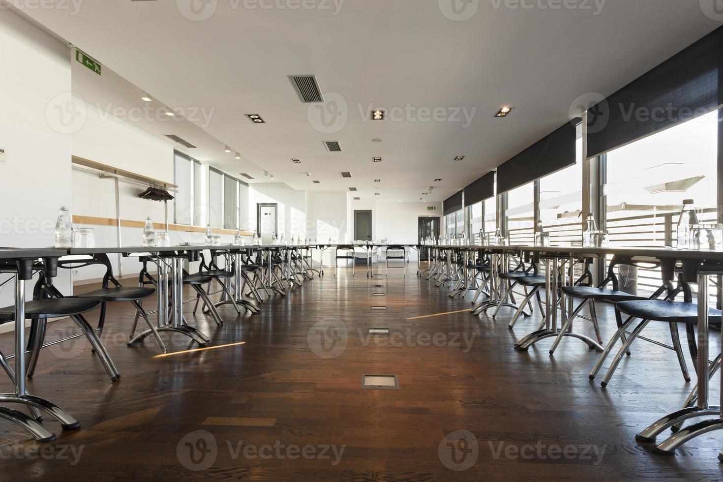 interior espaçoso da sala de reuniões foto