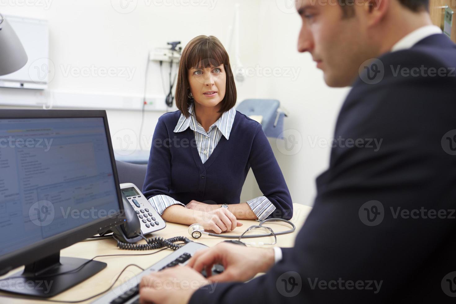 consultor reunião com paciente no escritório foto