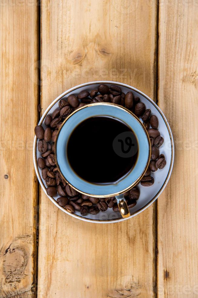 xícara de café na mesa de madeira foto