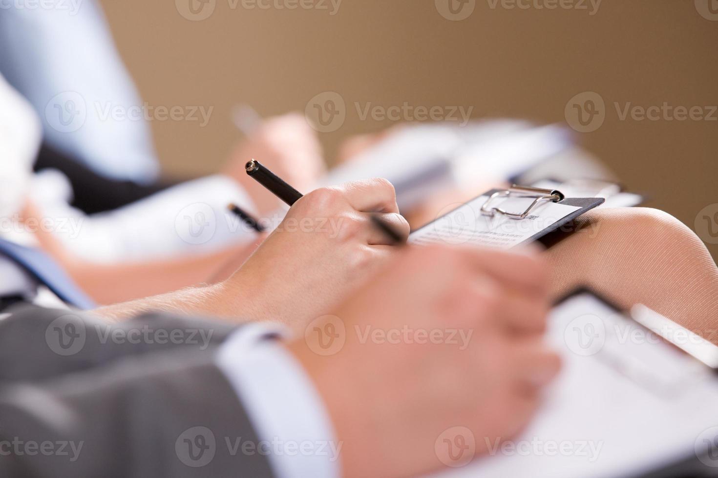 escrevendo relatório foto